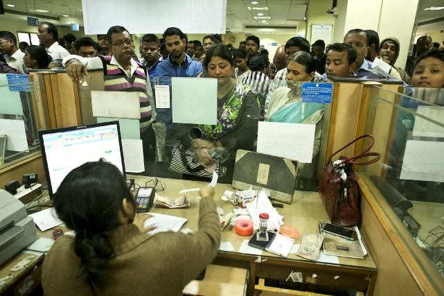 Bon nombre d'Indiens attendaient dans de longues files... (Associated Press)