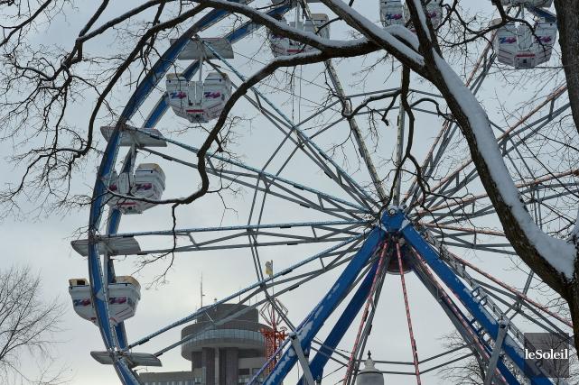 La grande roue et des glissades sont déjà... (Le Soleil, Erick Labbé)