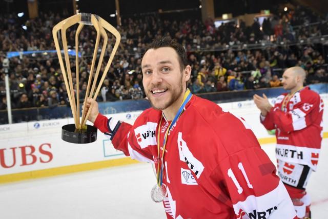 Gregory Campbell fête la victoire du Canada, le... (Photo Gian Ehrenzeller/Keystone via AP)