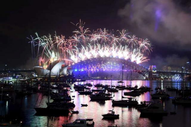 Un feu d'artifice géant a ouvert le bal... (AFP)