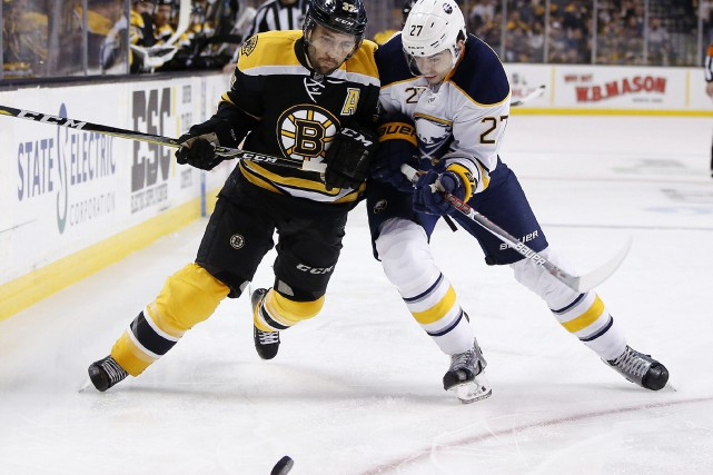 Patrice Bergeron et Derek Grant... (PHOTO Michael Dwyer, AP)