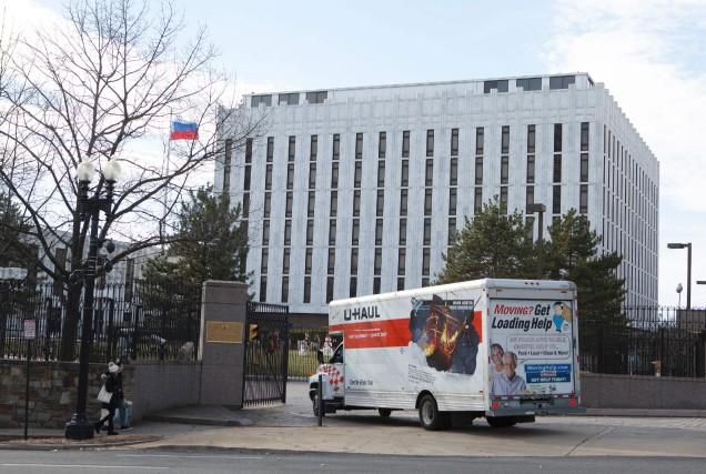 Un camion de déménagement entre dans l'enceinte de... (Photo AFP)