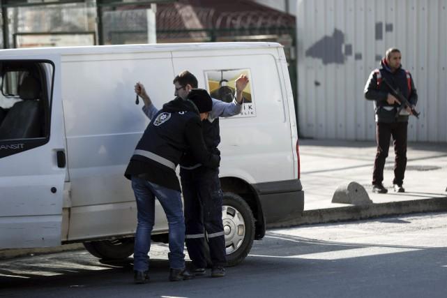 La police turque fouille un homme près de... (AP)