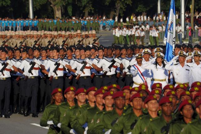 Les forces armées cubaines ont exécuté leur traditionnel... (AFP, Yamil Lage)