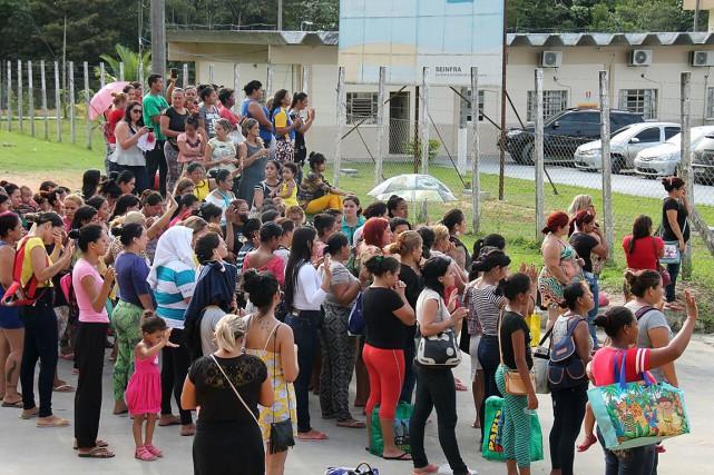 Des proches des prisonniers se sont déplacés afin... (Marcio SILVA, AFP)
