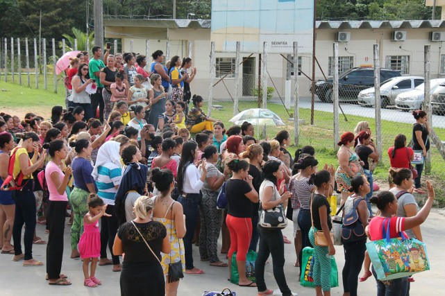 Des proches de prisonniers attendaient des nouvelles aux... (AFP, Marcio Silva)