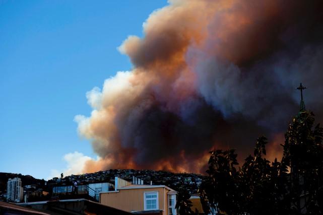 L'incendie, qui s'est déclenché lundi sur l'une des... (AFP, Daniel Retamal)