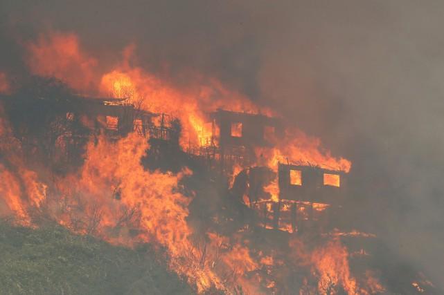 Un gigantesque incendie a commencé lundi à ronger des collines de Valparaiso,... (Photo Reuters)