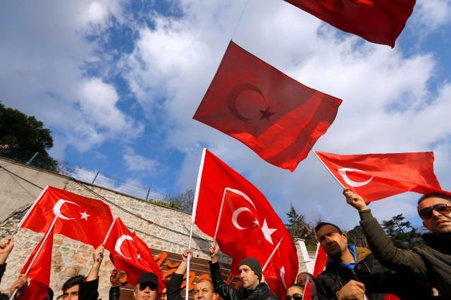 Des gens brandissent le drapeau turc en face... (REUTERS)