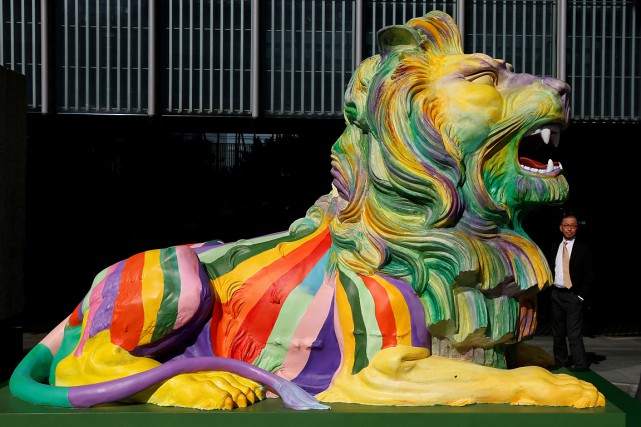 Un lion à Hong Kong arbore les couleurs... (Bobby Yip, ARCHIVES REUTERS)
