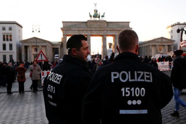 Des policiers patrouillent dans les rues de Berlin... (Fabrizio Bensch, archives REUTERS)