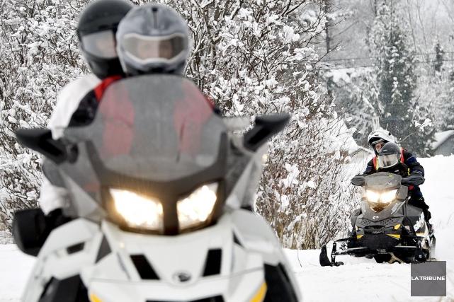 Une équipe de policiers en motoneige de la Sûreté du Québec a patrouillé dans... (Archives La Tribune)