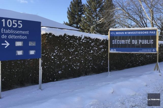 Un panneau déplorant le manque d'investissement a été... (La Tribune, Alain Goupil)