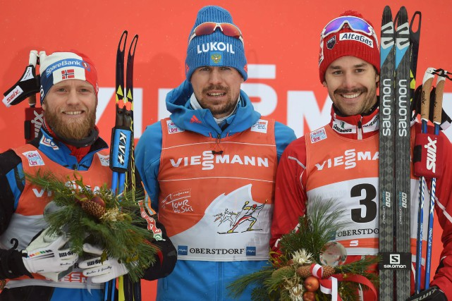 Le Norvégien Martin Johnsrud Sundby (2e), le Russe... (AFP, Christof Stache)