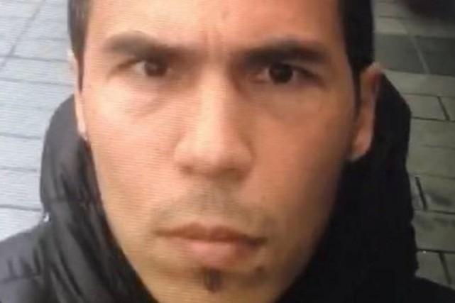 Les autorités ont diffusé plusieurs images de l'homme... (photo DHA-Depo/AP)