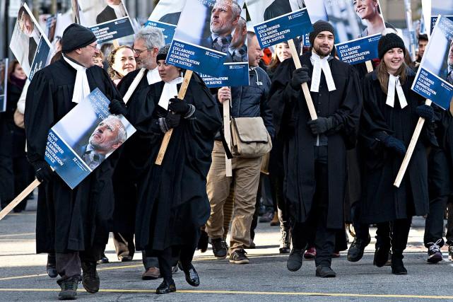 Les grévistes ont repris mercredi leur piquetage dans... (La Presse photo Patrick Sanfacon)
