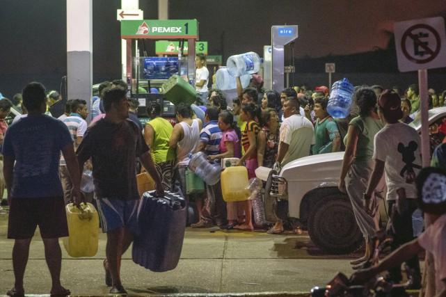 Plusieurs personnes se sont ruées sur les pompes... (photo Erick Herrera, archives AP)