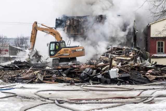 Le feu a détruit le bâtiment.... (Spectre Media : Jessica Garneau)