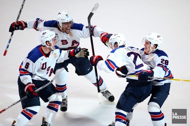 Les joueurs américains célèbrent après le but vainqueur... (Phorto Martin Chamberland, La Presse)