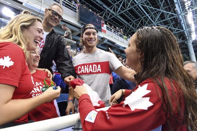 Penny Oleksiak célèbre sa médaille d'or au 100... (Archives La Presse canadienne, Sean Kilpatrick)