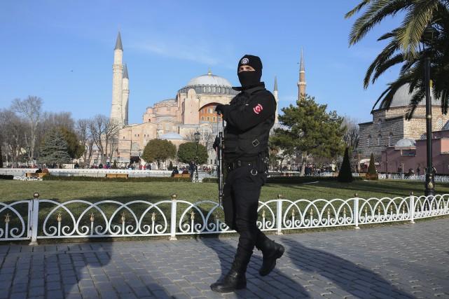 Les policiers se font toujours omniprésents à Istanbul,... (AP)