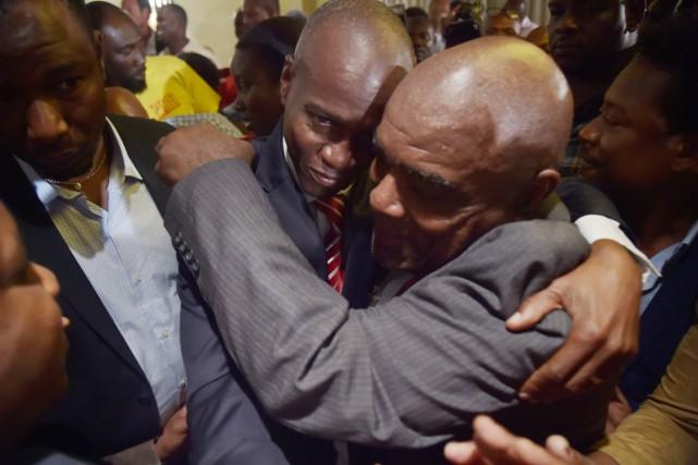Le nouveau président haïtien Jovenel Moïse (à gauche)... (photo HECTOR RETAMAL, archives AFP)