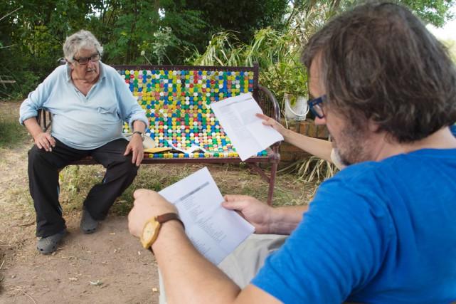 L'ex-président Mujica (à gauche) s'entretient avec le réalisateur... (PHOTO Pablo PORCIUNCULA, ARCHIVES AFP)