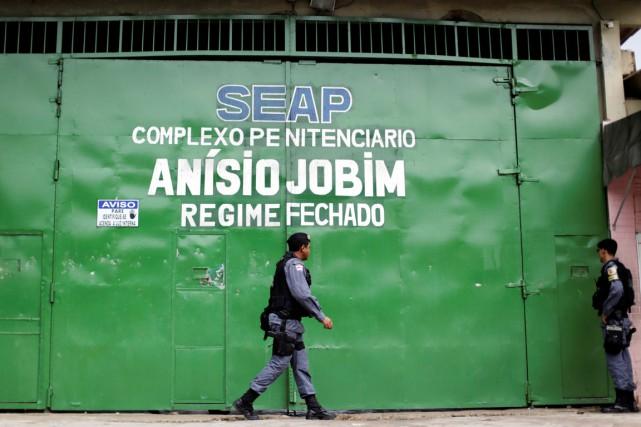 Un policier antiémeute passe devant l'entrée principale de... (photo Ueslei Marcelino, archives REUTERS)