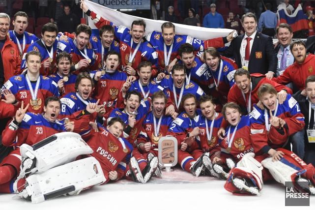 Les joueurs de la Russie célèbrent après avoir... (Photo Bernard Brault, La Presse)