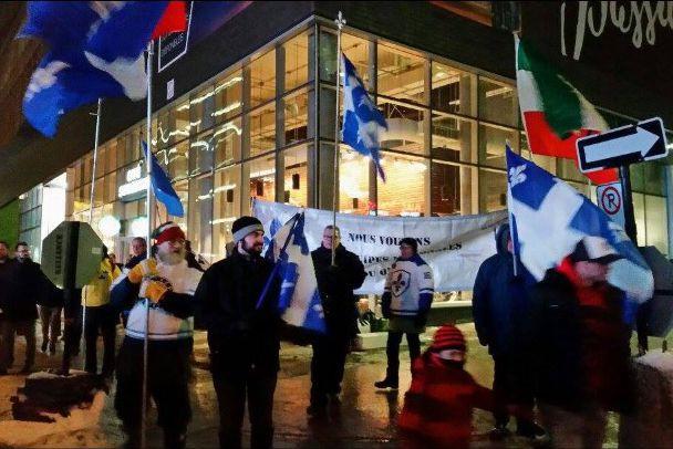 Des manifestants se sont donnés rendez-vous devant le Centre Bell jeudi soir,... (Photo fournie par la Fondation Équipe-Québec)
