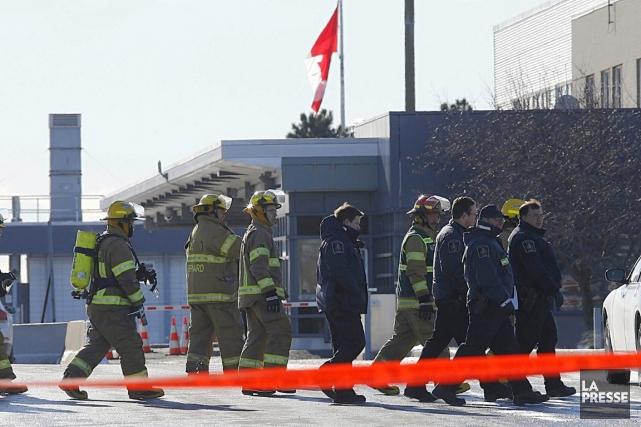 Des pompiers se sont déployés au poste frontalier... (PHOTO PATRICK SANFAÇON, LA PRESSE)