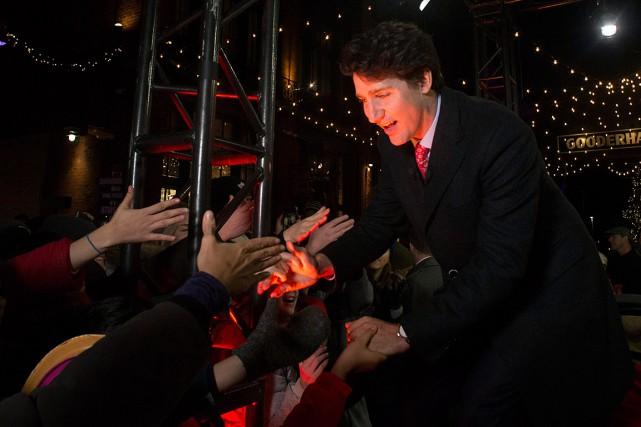 Justin Trudeau salue des gens lors de sa... (PHOTO CHRIS YOUNG, ARCHIVES PC)