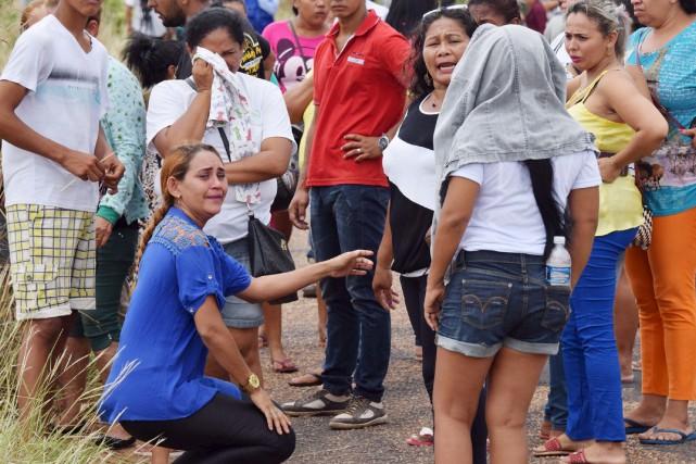 Les familles des détenus attendent des nouvelles de... (AP)