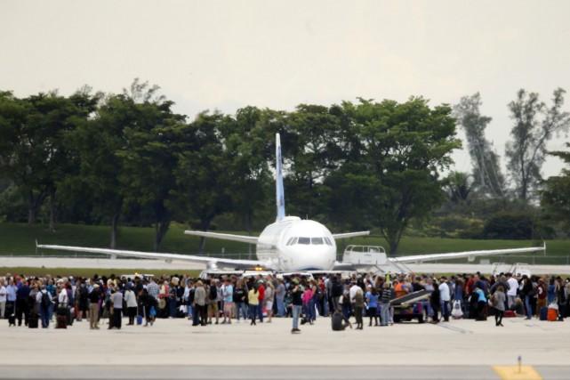 Des passagers se massent sur le tarmac après... (Photo AP)
