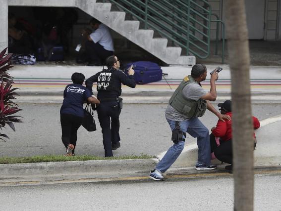 Des policiers aident des voyageurs à se déplacer... (Agence France-Presse)