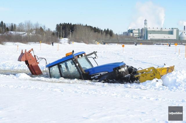 Un tracteur de déneigement s'est enfoncé dans les... (Photo Le Quotidien, Gimmy Desbiens)