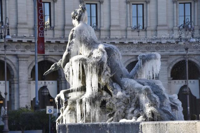 La fontaine de Naiadi couverte de glace sur... (Giorgio Onorati/ANSA via AP)
