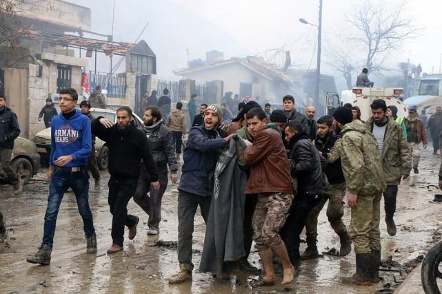 Des secouristes viennent en aide aux blessés après... (Photo Saif Alnajdi, AP)