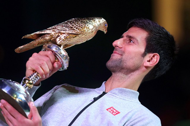 Novak Djokovic pose avec son trophée.... (PHOTO KARIM JAAFAR, AFP)