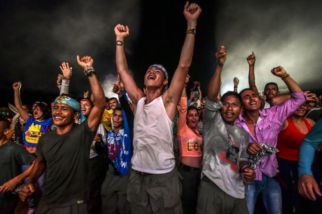 Des membres des Farc en train de danser,... (Photo archives AFP)