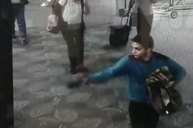 La vidéo montre Santiago sortir son pistolet 9mm... (Capture d'écran, images TMZ)