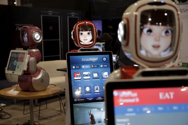 Des robots de service sont en démonstration au... (AP)