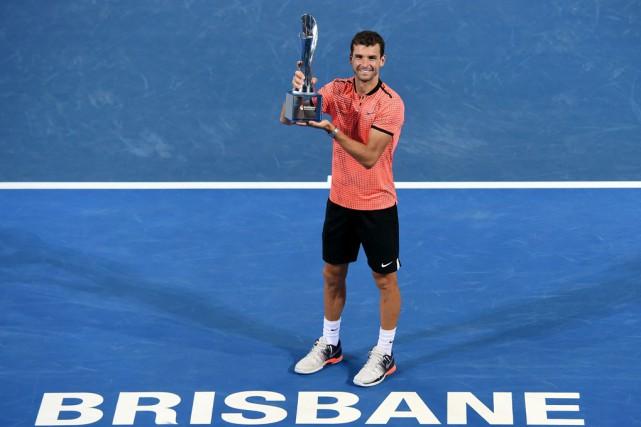 Grigor Dimitrov soulève le trophée remis au vainqueur... (AFP)