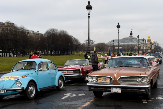 Des centaines de voitures anciennes ont défilé dans... (AFP, Bertrand Guay)