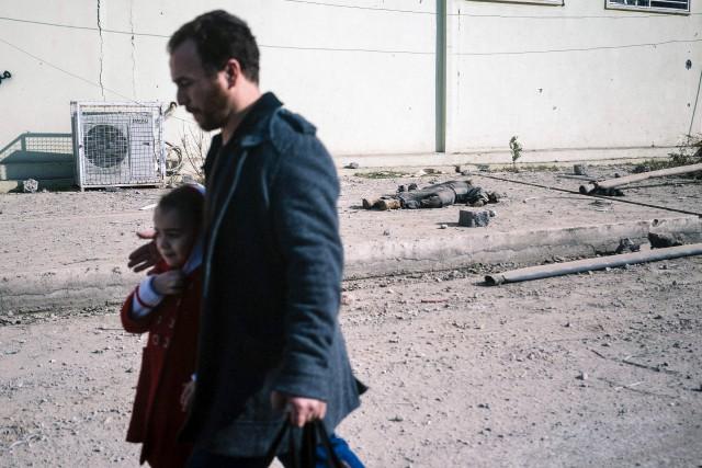 Un homme protège sa fille à la vue... (AFP, Dimitar Dilkoff)