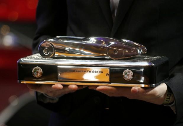 Un ingénieur de GM tient le trophée de... (Photo : REUTERS)
