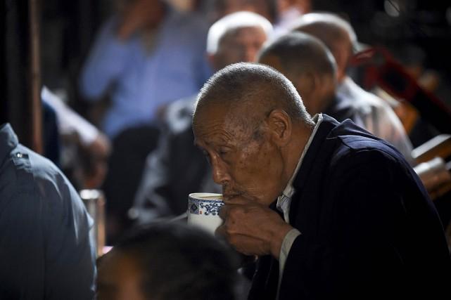 Les établissements de thé traditionnels, jadis emblématiques de... (PHOTO WANG ZHAO, AFP)