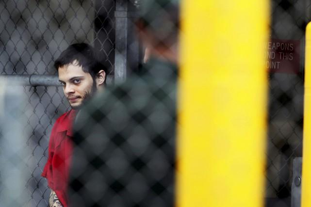 Esteban Santiago à sa sortie du poste de... (AP, Amy Beth Bennett)