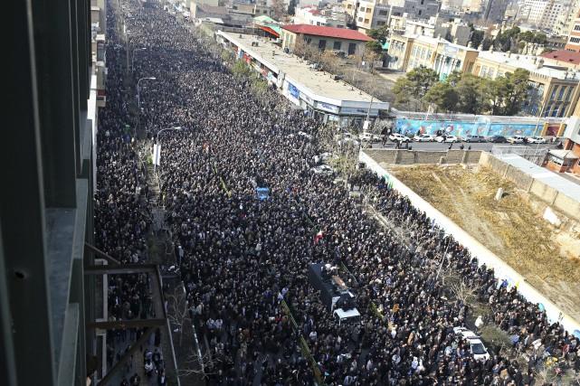 Des Iraniens assistent aux funérailles del'ex-président Akbar Hachémi... (AP)