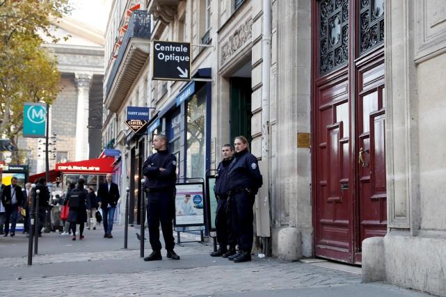 Des policiers font le guet devant l'hôtel où... (AFP)